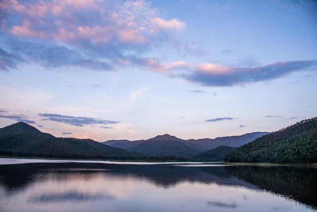 Krajobraz gór i rzeki o zachodzie słońca piękne