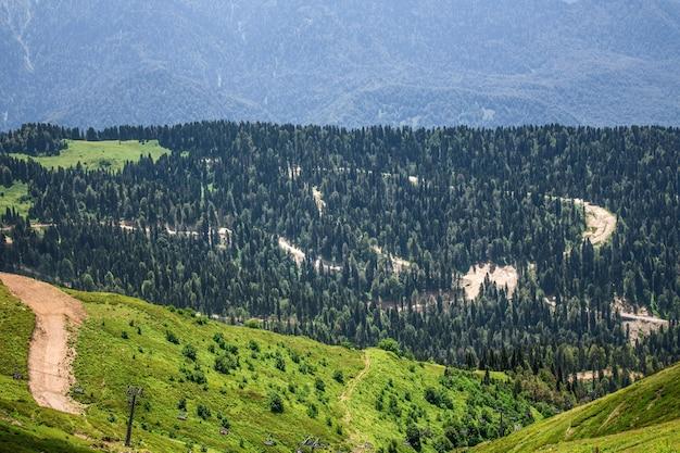 Krajobraz gór kaukazu, ośrodek narciarski kaukazu w lecie.
