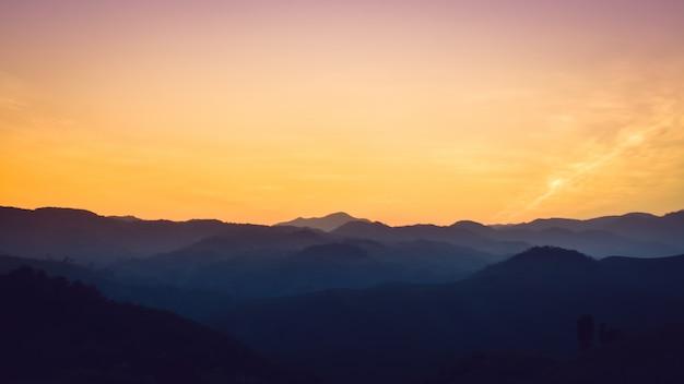 Krajobraz gór leśnych na zachód słońca