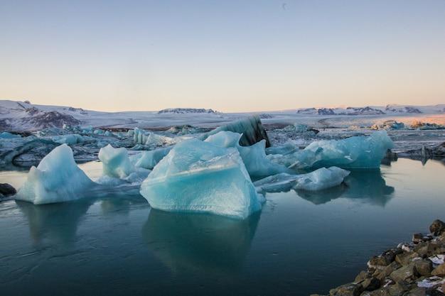 Krajobraz gór lodowych ze skałami w lagunie lodowcowej jökulsarlon w islandii