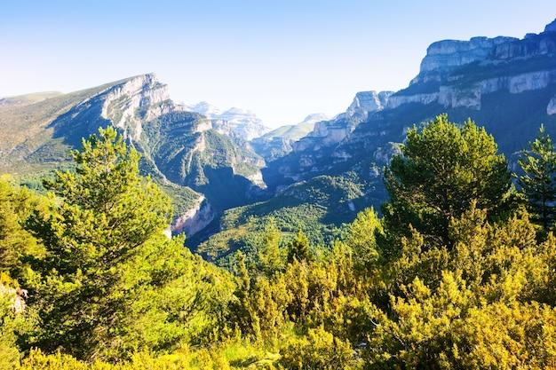 Krajobraz gór pirenejów z kanionem anisclo