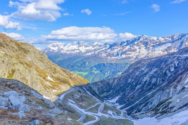 Krajobraz gór pokrytych śniegiem i zielenią w słońcu w szwajcarii