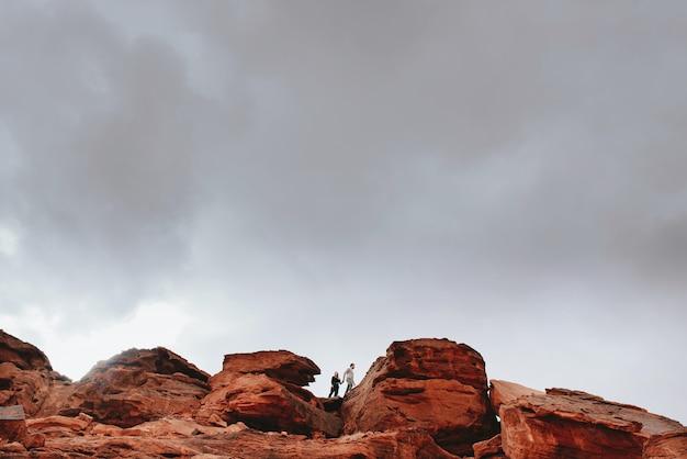 Krajobraz gór skalistych z parą chodzenia na kilofach
