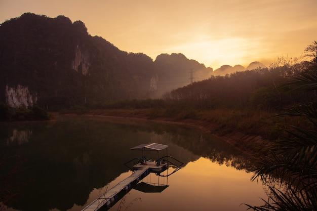 Krajobraz gór w czasie zmierzchu, krabi tajlandia