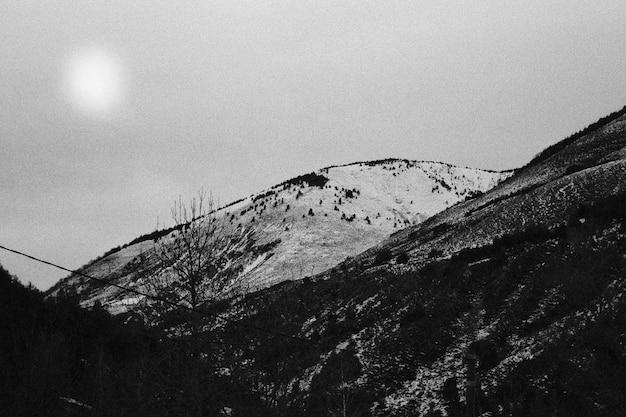 Krajobraz gór w czerni i bieli