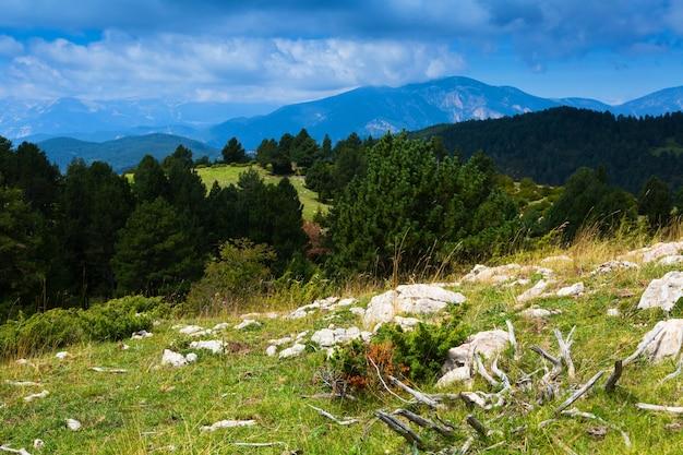 Krajobraz gór w letni dzień. pireneje, hiszpania