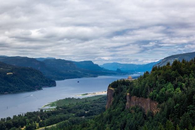 Krajobraz gór w pochmurny dzień