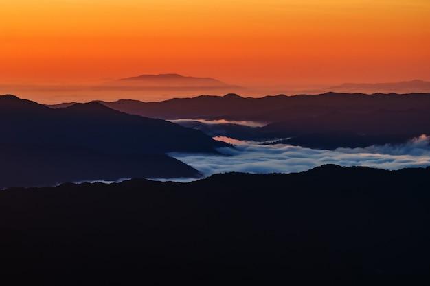 Krajobraz góra z mgłą w nan prowinci tajlandia