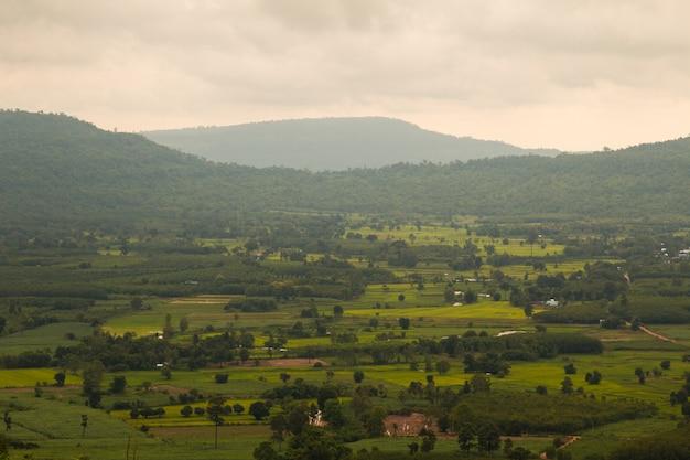 Krajobraz górska wioska doliny tarasowiskowy rice pole i buda na wzgórzu