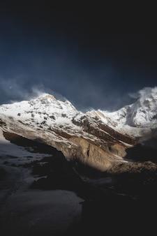 Krajobraz górski himalajów w obozie podstawowym annapurna