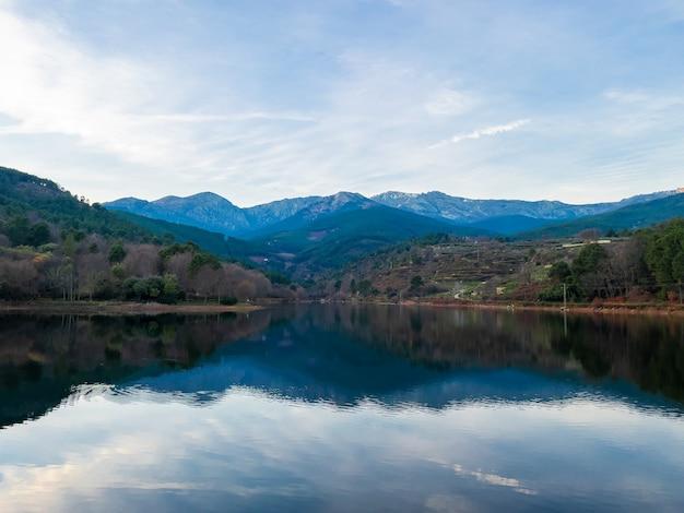 Krajobraz górski jezioro śródlądowe z górami w tle i roślinnością skopiuj przestrzeń