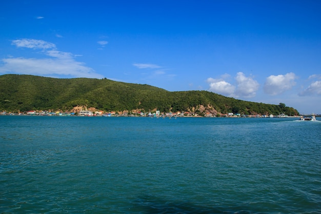 Krajobraz górski morze i niebo i tropikalna tajlandia.