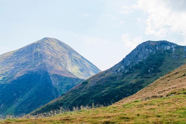 Krajobraz górski na tle nieba