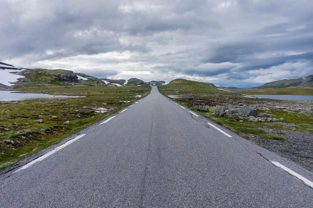 Krajobraz górski wzdłuż krajowej trasy turystycznej aurlandstjellet. flotane. bjorgavegen. zachodnia norwegia