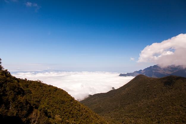 Krajobraz górski z chmurami