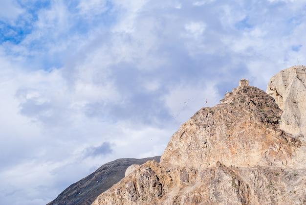 Krajobraz górski z chmurnym niebem