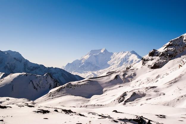 Krajobraz górski z ośnieżonymi szczytami rano w słoneczny dzień