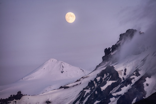 Krajobraz górskiego szczytu na szczyt góry piękny księżyc w pełni nad spokojną przyrodą