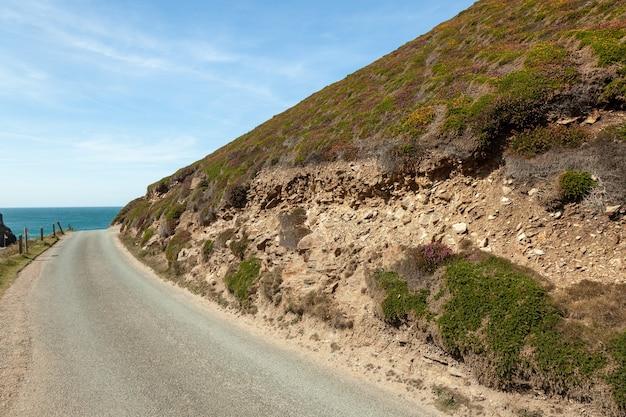 Krajobraz górskiej drogi z błękitnym morzem i niebem