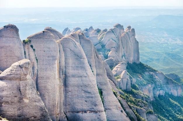 Krajobraz góry montserrat ze skałami w pobliżu barcelony, hiszpania