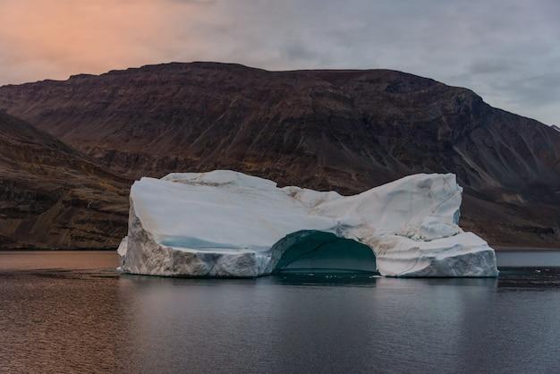Krajobraz grenlandii z pięknymi kolorowymi górami i lodem
