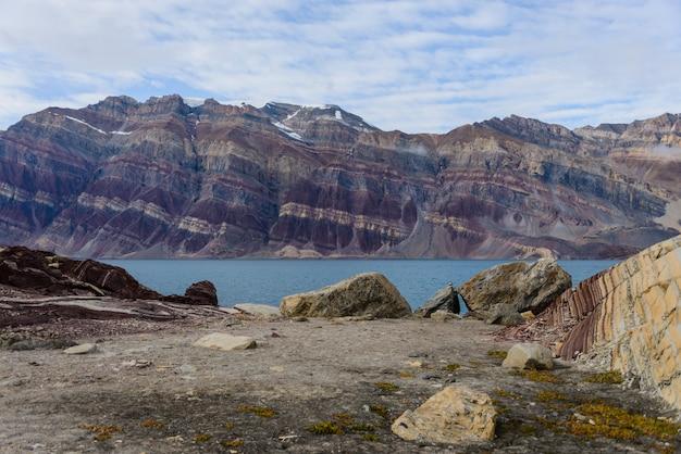 Krajobraz grenlandii z pięknymi kolorowymi górami