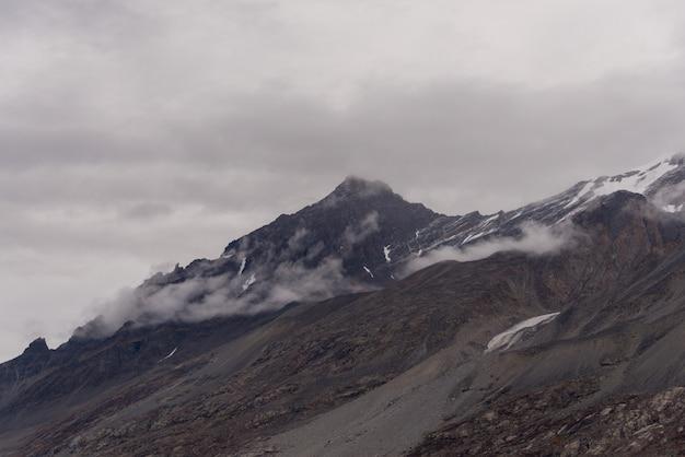 Krajobraz grenlandii ze szczytami górskimi
