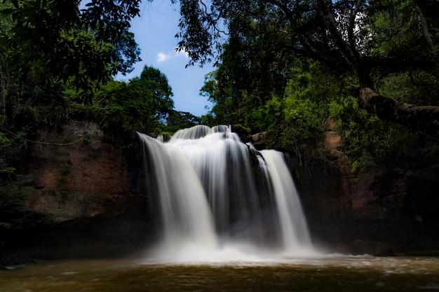 Krajobraz haew suwat wodospad w parku narodowym khaoyai, tajlandia