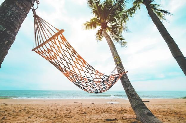Krajobraz hamaku z palmy kokosowe na plaży tropikalnych w lecie. koncepcja urlopu letniego. vintage kolorystyka