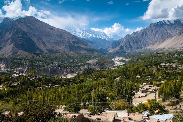 Krajobraz hunza dolina i nagar w jesieni. gilgit-baltistan, pakistan.