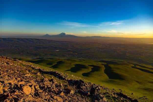 Krajobraz i góra ararat o zachodzie słońca