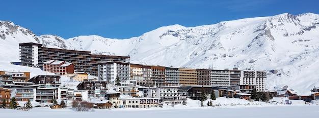 Krajobraz i ośrodek narciarski we francuskich alpach, tignes