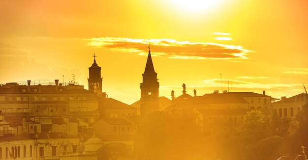 Krajobraz i panorama zachodu słońca w wenecji. widok na plac św. marka z wieżą i dramatycznym niebem