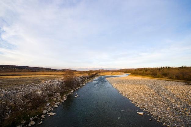 Krajobraz i widok rzeki, światło dzienne i plener, przyroda w gruzji