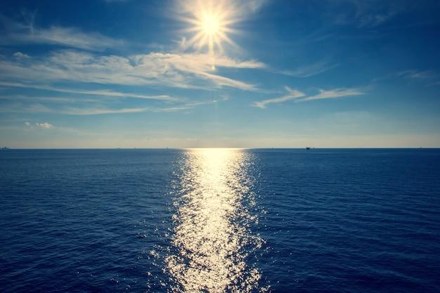 Krajobraz i zachód słońca morze światła odbicie niebieski.