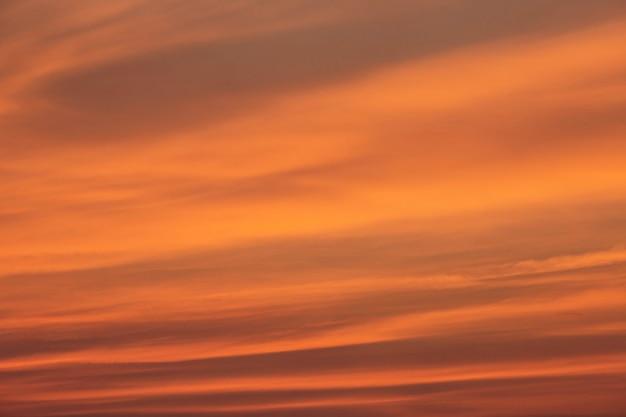 Krajobraz i zachód słońca światła pomarańczowo-czerwone.