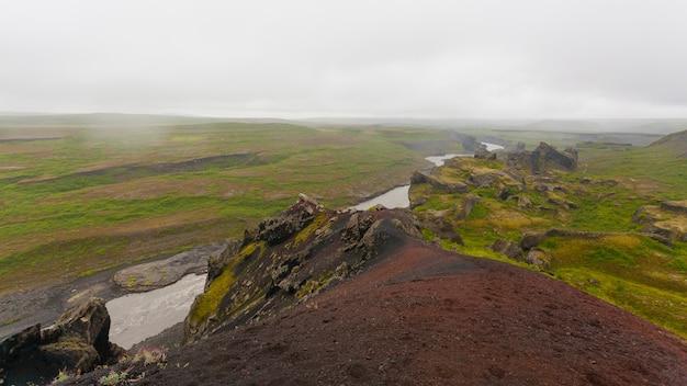 Krajobraz islandii. park narodowy jokulsargljufur w deszczowy dzień, islandia