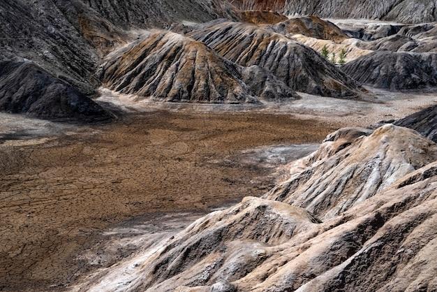 Krajobraz jak planeta powierzchnia marsa ural kamieniołomy gliny ogniotrwałej utwardzona czerwonobrązowa powierzchnia ziemia