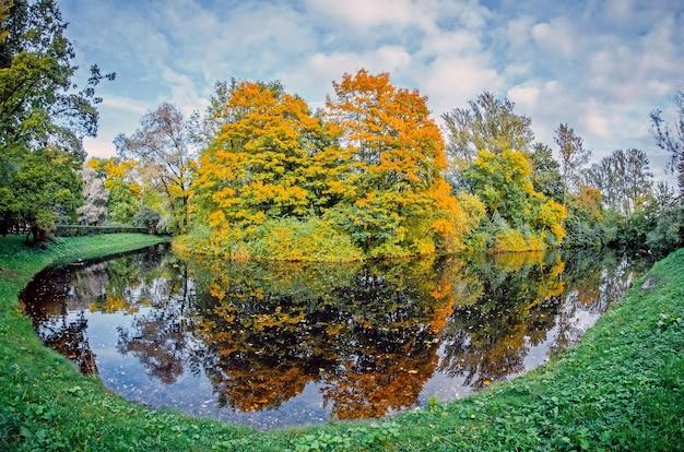 Krajobraz jesień krajobraz odbicie lasu w jeziorze.