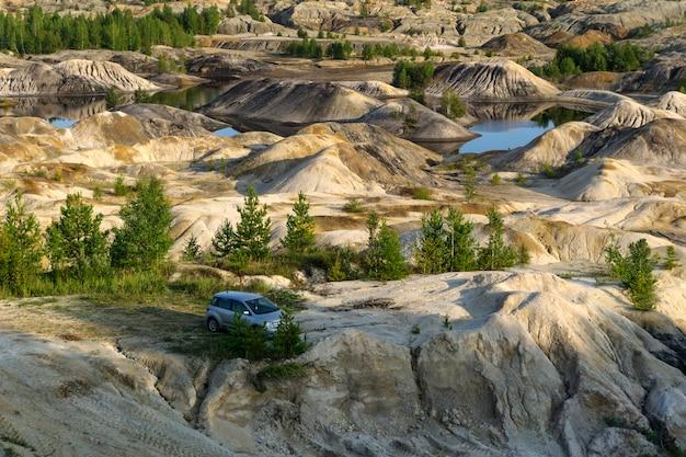 Krajobraz jest w miejscu starego, zużytego kamieniołomu kaolinu