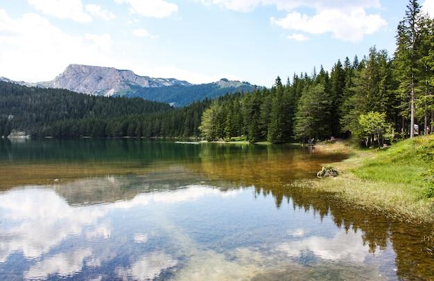 Krajobraz jeziora czarnego w czarnogórze. górski krajobraz.