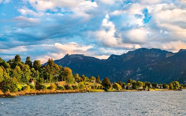 Krajobraz Jeziora Genewskiego Lub Leman W Szwajcarii Premium Zdjęcia