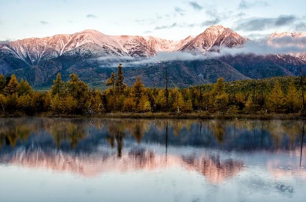 Krajobraz jeziora i gór
