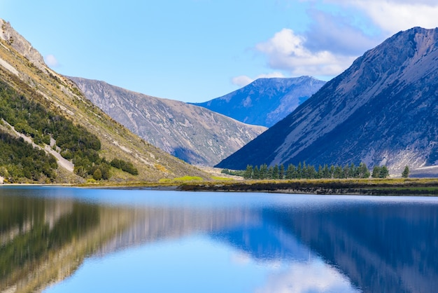 Krajobraz jeziora i górskie południe wyspy nowej zelandii w słoneczny dzień.