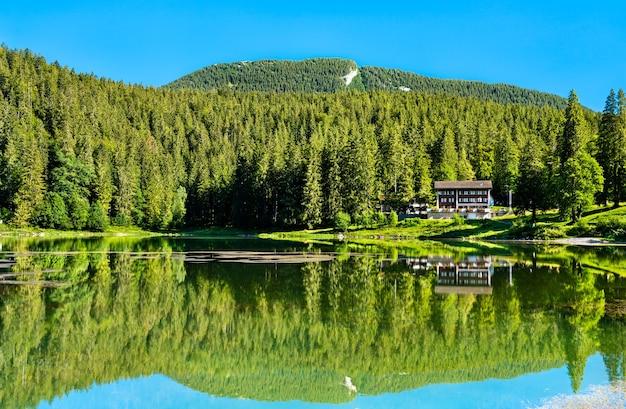 Krajobraz jeziora obersee w kantonie glarus w szwajcarii