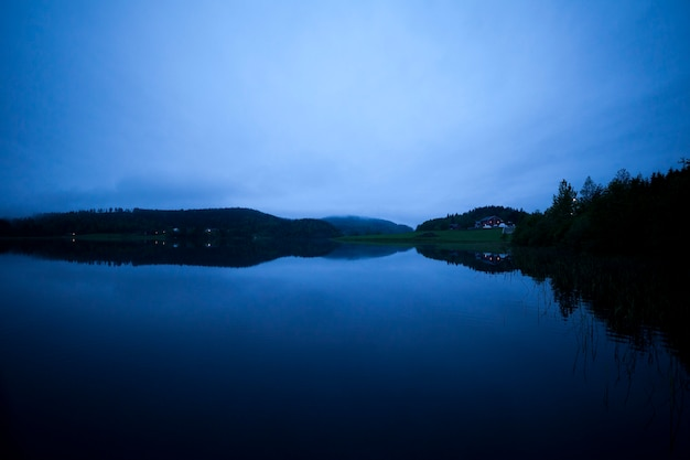 Krajobraz jeziora otoczonego górami