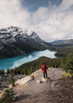 Krajobraz jeziora peyto przypomina lisa z podróżnikiem w parku narodowym banff w albercie w kanadzie