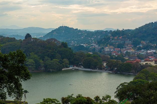 Krajobraz jeziora w parku miejskim wśród gór.
