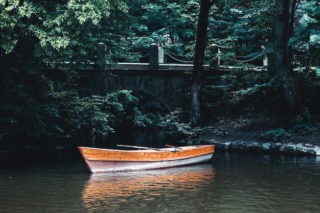 Krajobraz jeziora z łodzią