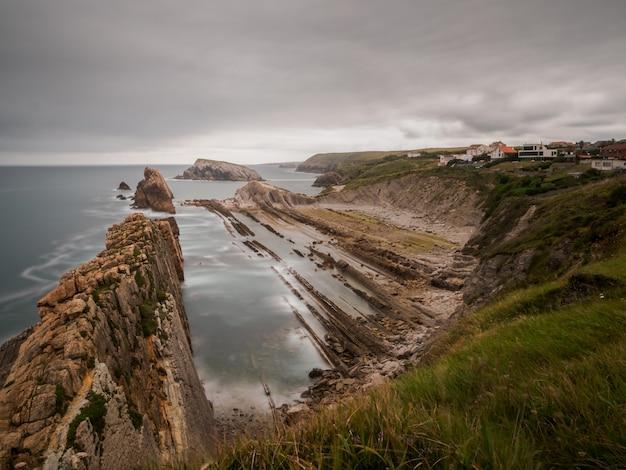 Krajobraz kamienistej plaży w burzliwy letni dzień na rozbitym wybrzeżu